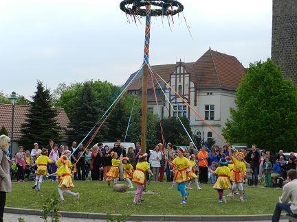 Maibaumrichten und Seifenkistenrennen 2014